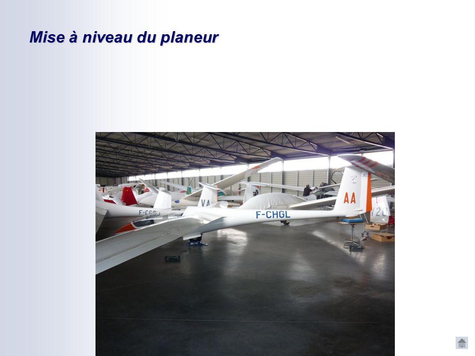 Mise à niveau du planeur Après le montage du planeur, mettre à niveau, en ligne de vol sur les balances La méthode et la valeur est décrite dans le ma
