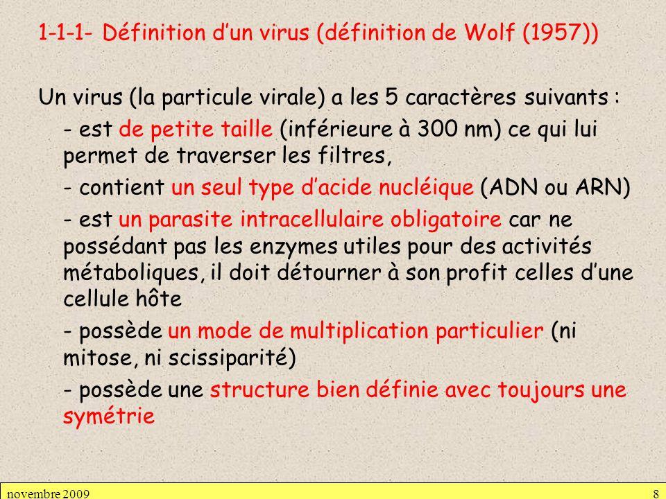1-1-1- Définition dun virus (définition de Wolf (1957)) Un virus (la particule virale) a les 5 caractères suivants : - est de petite taille (inférieur