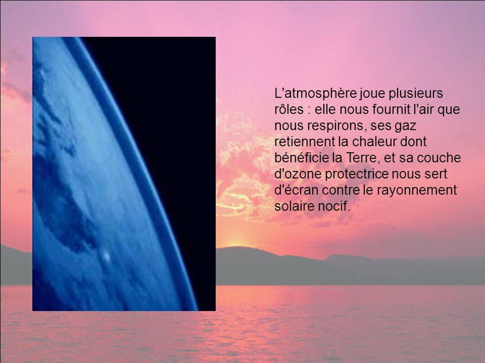 L'atmosphère joue plusieurs rôles : elle nous fournit l'air que nous respirons, ses gaz retiennent la chaleur dont bénéficie la Terre, et sa couche d'