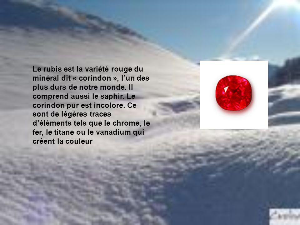 Le rubis est la variété rouge du minéral dit « corindon », lun des plus durs de notre monde. Il comprend aussi le saphir. Le corindon pur est incolore