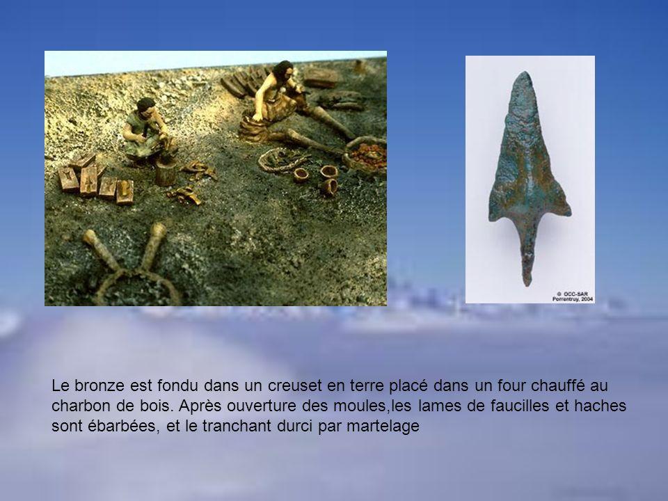 Le bronze est fondu dans un creuset en terre placé dans un four chauffé au charbon de bois. Après ouverture des moules,les lames de faucilles et hache
