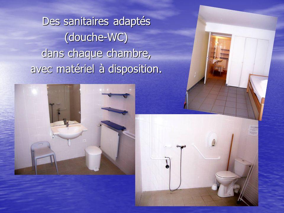 Des sanitaires adaptés (douche-WC) dans chaque chambre, avec matériel à disposition.
