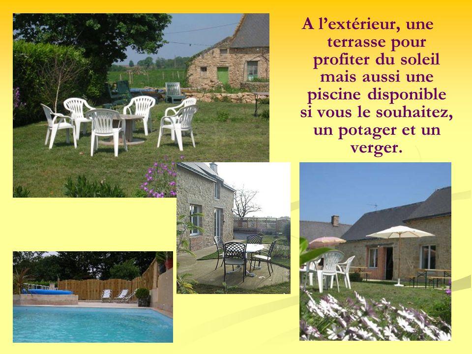 A lextérieur, une terrasse pour profiter du soleil mais aussi une piscine disponible si vous le souhaitez, un potager et un verger.