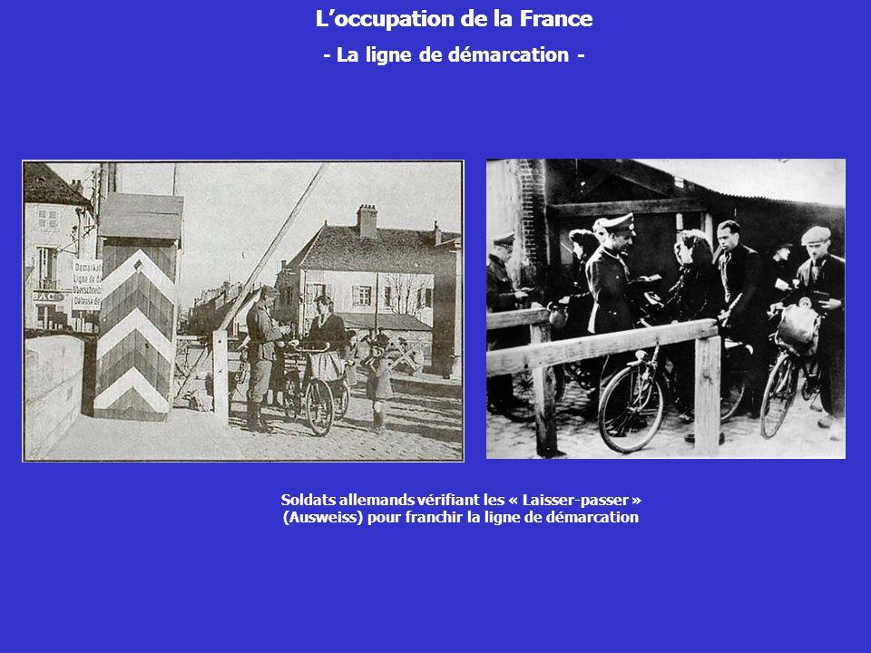 Loccupation de la France - La ligne de démarcation - Soldats allemands vérifiant les « Laisser-passer » (Ausweiss) pour franchir la ligne de démarcati
