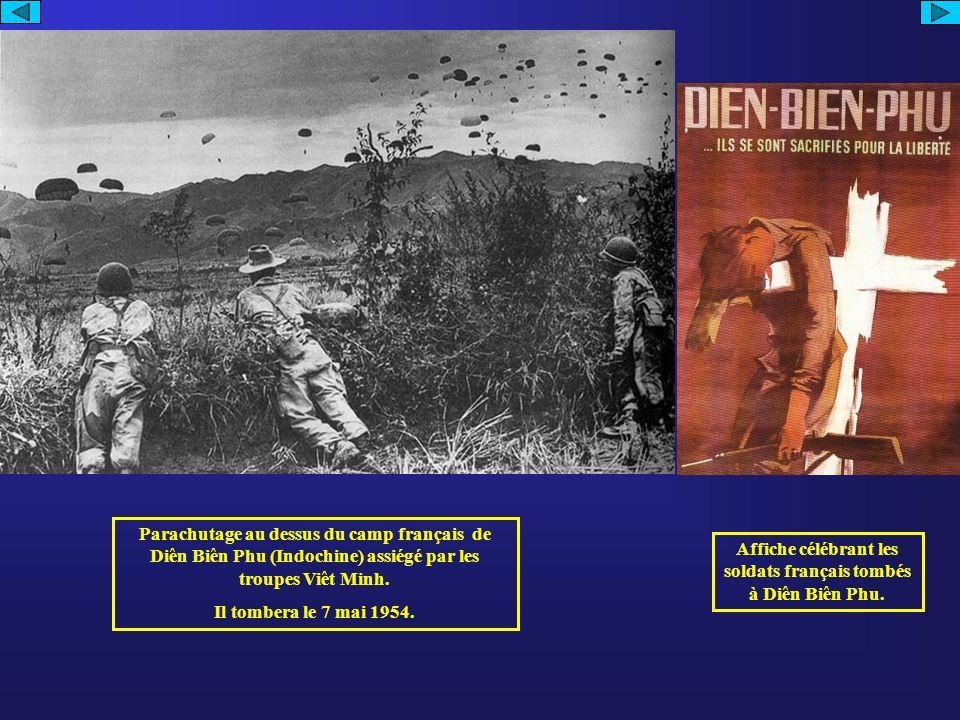 Parachutage au dessus du camp français de Diên Biên Phu (Indochine) assiégé par les troupes Viêt Minh.