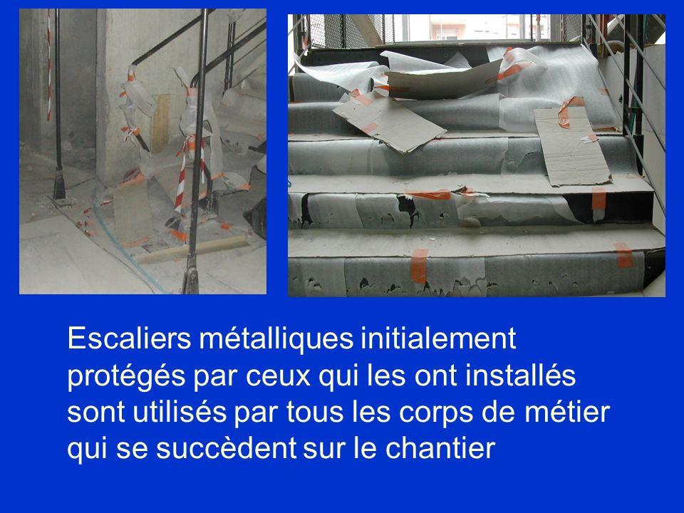 Escaliers métalliques initialement protégés par ceux qui les ont installés sont utilisés par tous les corps de métier qui se succèdent sur le chantier