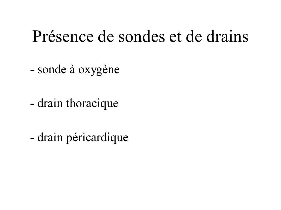 Présence de sondes et de drains - sonde à oxygène - drain thoracique - drain péricardique