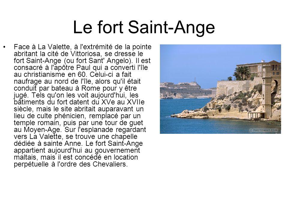 Le fort Saint-Ange Face à La Valette, à l'extrémité de la pointe abritant la cité de Vittoriosa, se dresse le fort Saint-Ange (ou fort Sant' Angelo).
