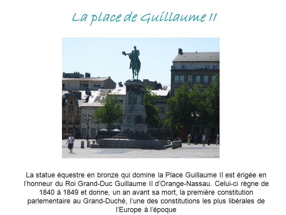 La place de Guillaume II La statue équestre en bronze qui domine la Place Guillaume II est érigée en lhonneur du Roi Grand-Duc Guillaume II dOrange-Na