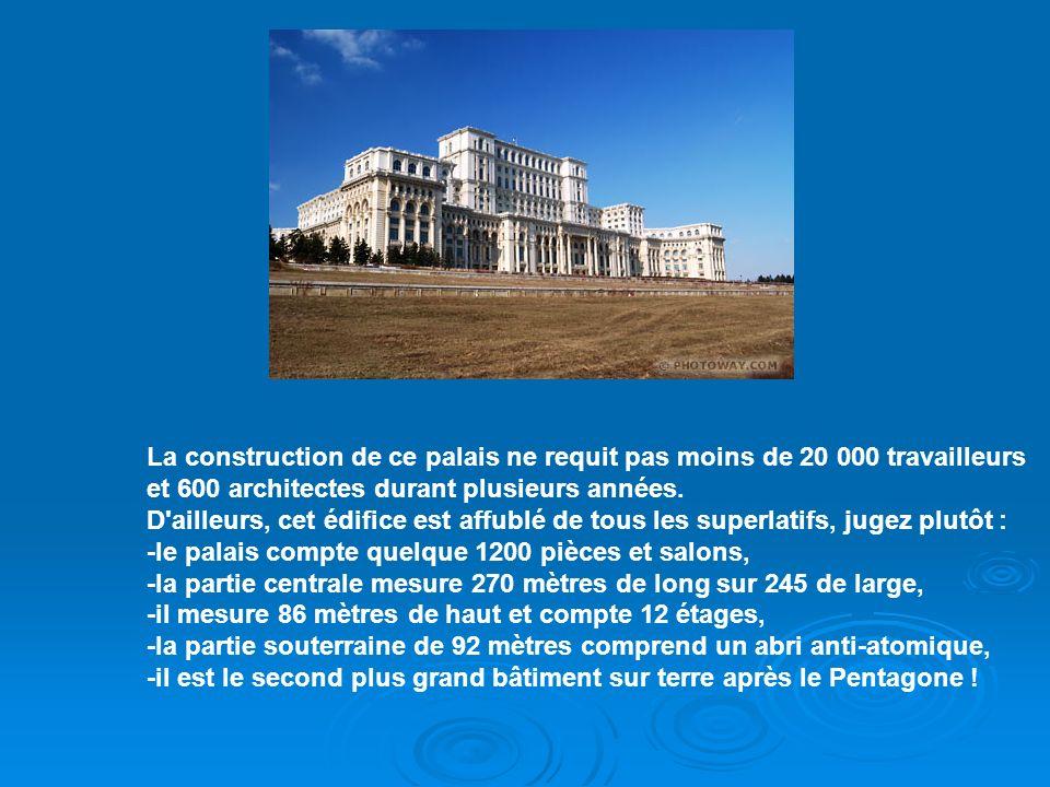 La construction de ce palais ne requit pas moins de 20 000 travailleurs et 600 architectes durant plusieurs années.
