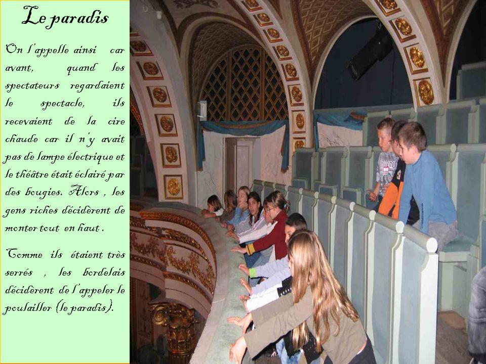 Le paradis est le troisième et dernier étage de la salle de spectacle. Cétait les gens les plus riches qui y allaient. Ce sont les places les plus chè