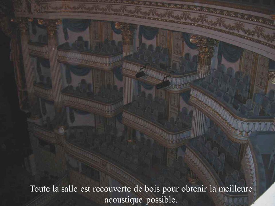 Le symbole En haut dune porte qui mène dans la salle du Grand Théâtre, il y avait un symbole qui représentait la France autrefois, avant le coq.