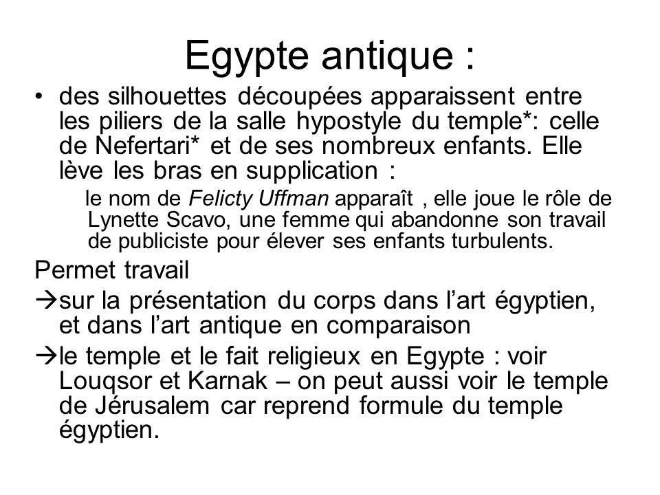 Egypte antique : des silhouettes découpées apparaissent entre les piliers de la salle hypostyle du temple*: celle de Nefertari* et de ses nombreux enf