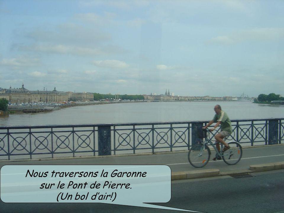 Nous traversons la Garonne sur le Pont de Pierre. (Un bol dair!)