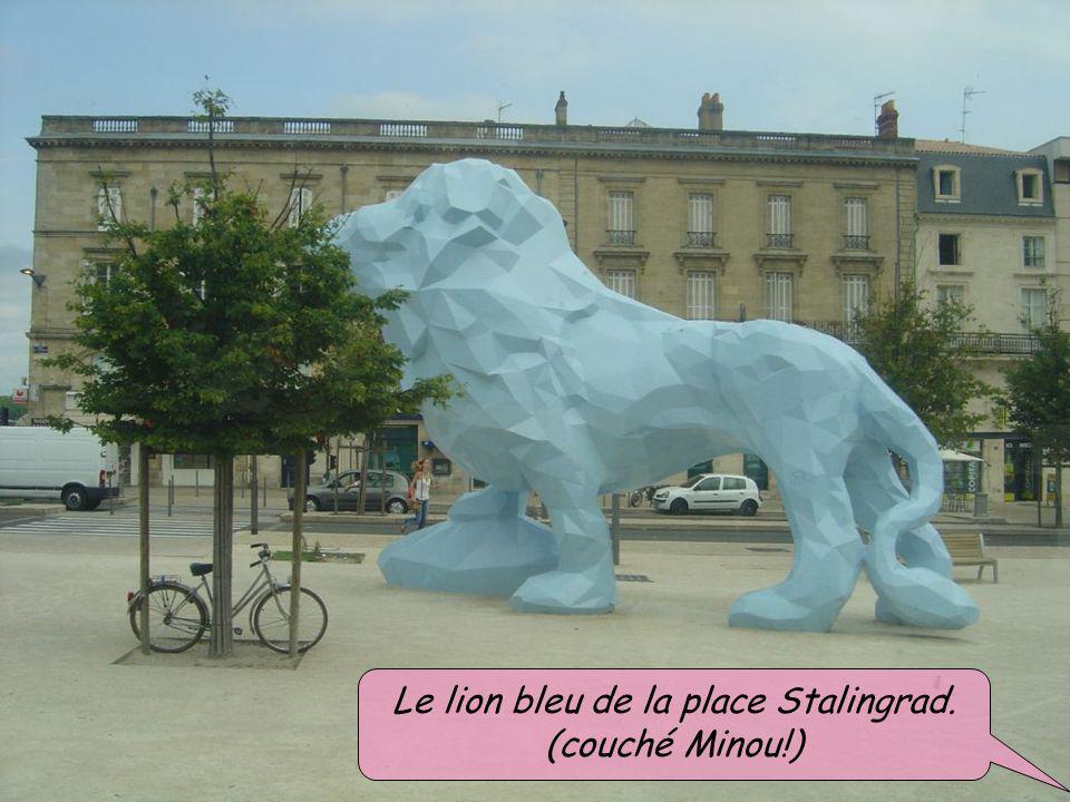 Le lion bleu de la place Stalingrad. (couché Minou!)
