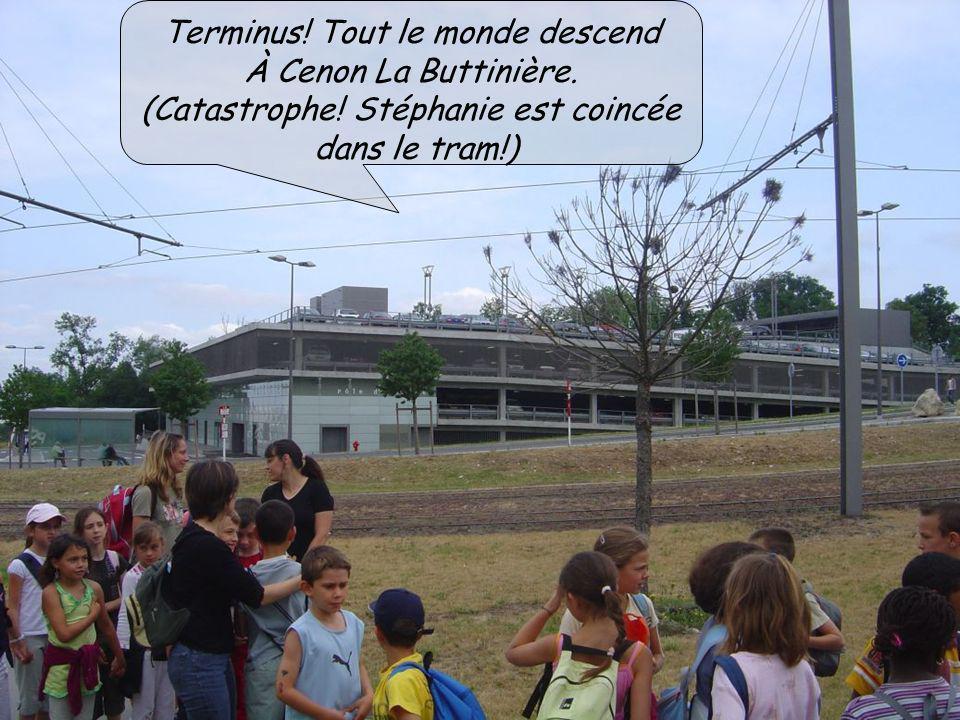 Terminus! Tout le monde descend À Cenon La Buttinière. (Catastrophe! Stéphanie est coincée dans le tram!)