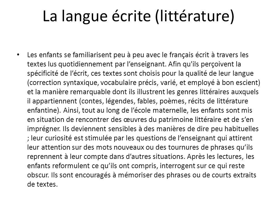 La langue écrite (littérature) Les enfants se familiarisent peu à peu avec le français écrit à travers les textes lus quotidiennement par lenseignant.