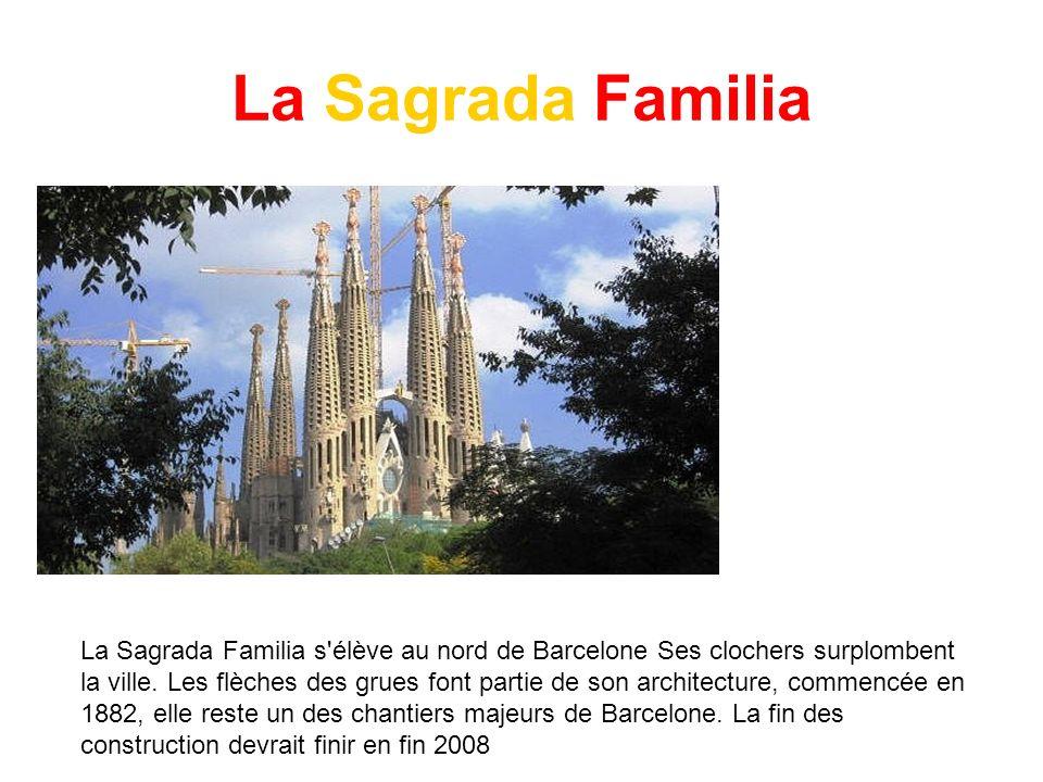 La Sagrada Familia La Sagrada Familia s'élève au nord de Barcelone Ses clochers surplombent la ville. Les flèches des grues font partie de son archite