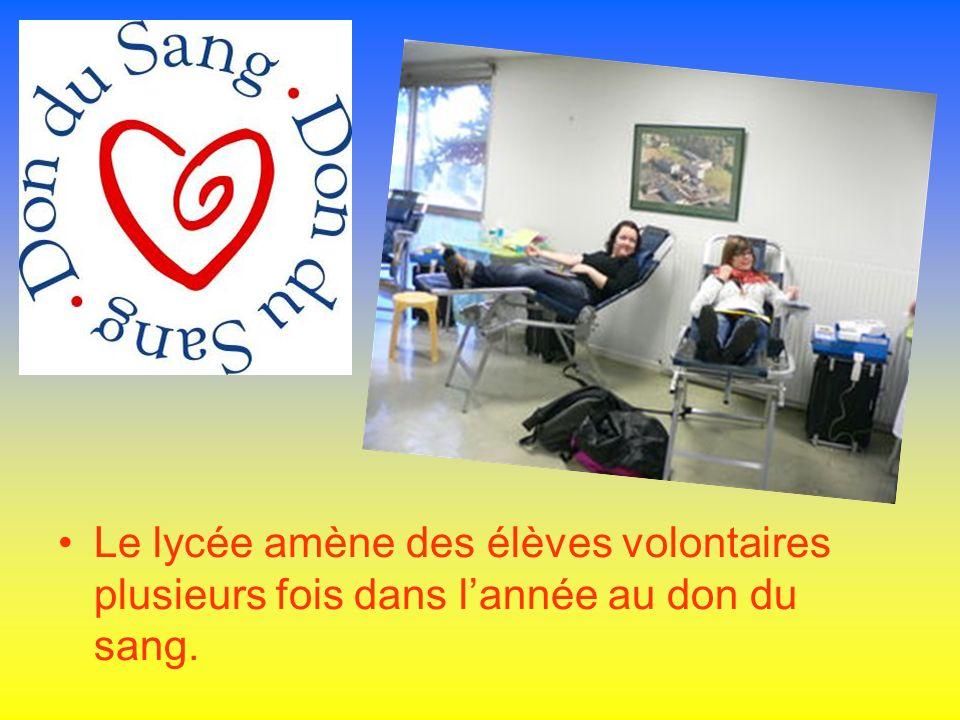 Le lycée amène des élèves volontaires plusieurs fois dans lannée au don du sang.