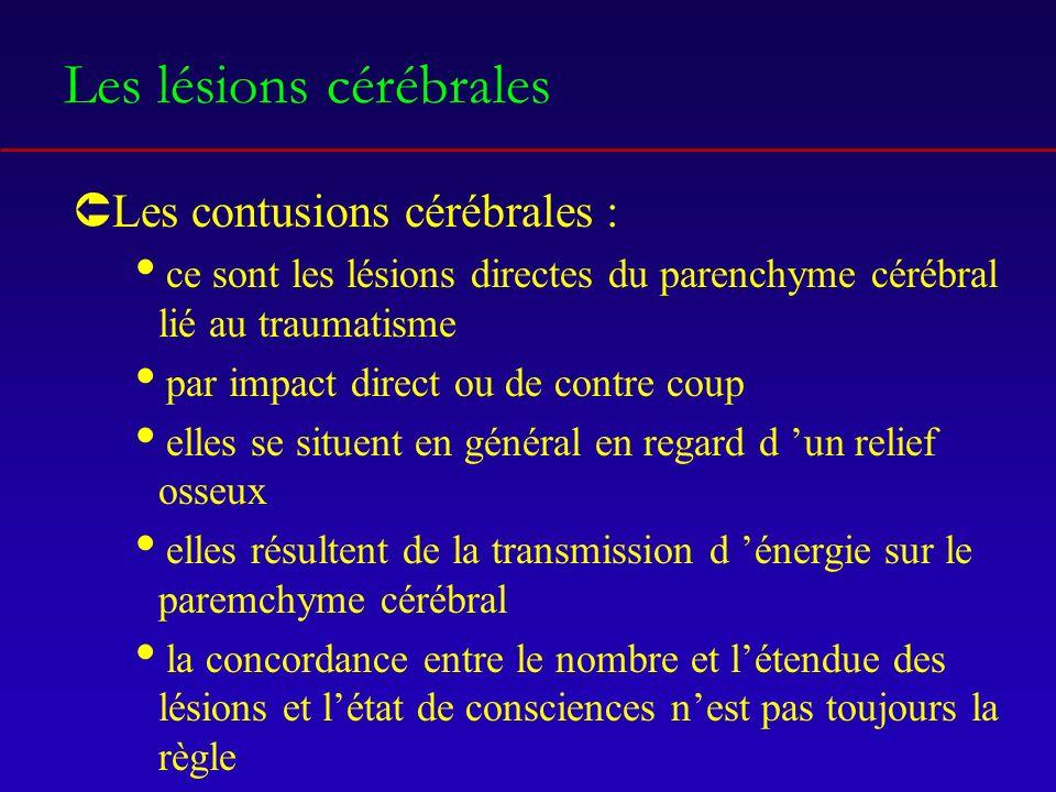 Les lésions cérébrales ÛLes contusions cérébrales : ce sont les lésions directes du parenchyme cérébral lié au traumatisme par impact direct ou de contre coup elles se situent en général en regard d un relief osseux elles résultent de la transmission d énergie sur le paremchyme cérébral la concordance entre le nombre et létendue des lésions et létat de consciences nest pas toujours la règle