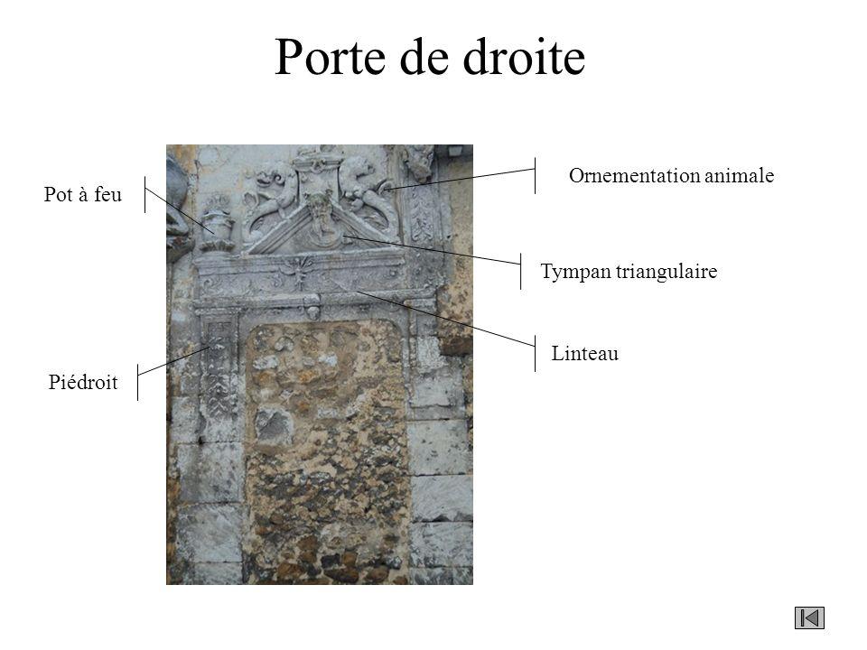 Porte de droite Linteau Piédroit Tympan triangulaire Ornementation animale Pot à feu