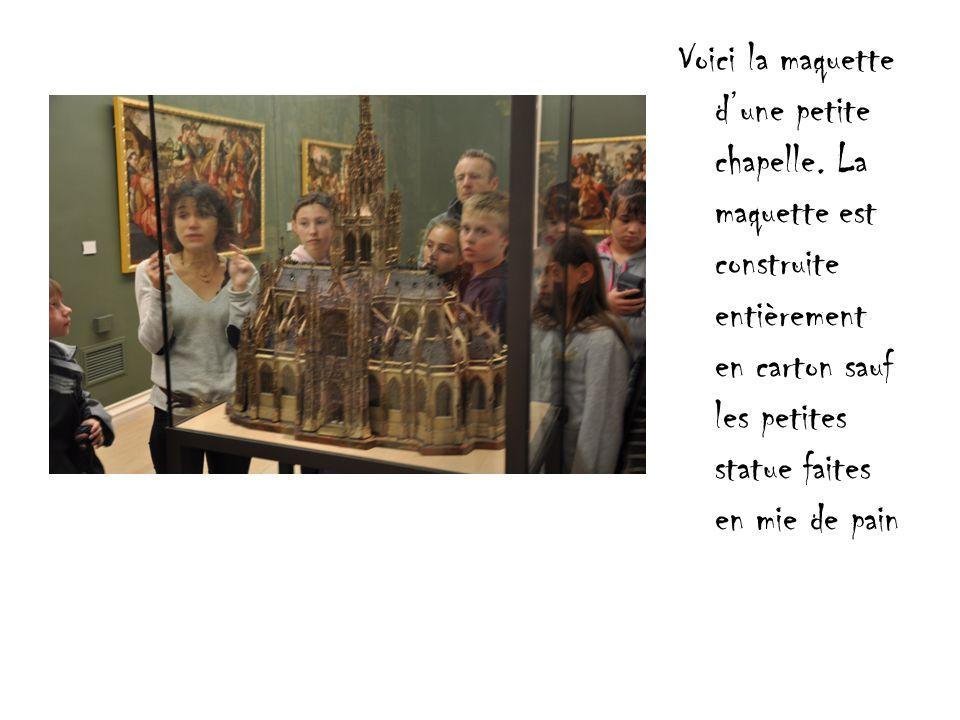 Voici la maquette dune petite chapelle. La maquette est construite entièrement en carton sauf les petites statue faites en mie de pain