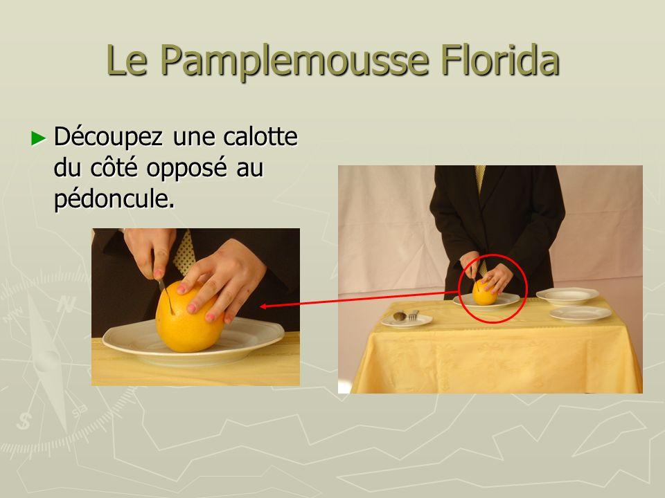Le Pamplemousse Florida Découpez une calotte du côté opposé au pédoncule. Découpez une calotte du côté opposé au pédoncule.