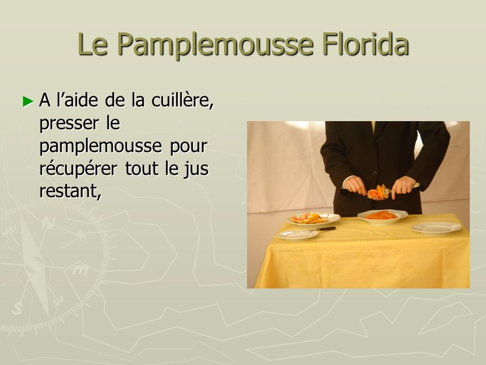 Le Pamplemousse Florida A laide de la cuillère, presser le pamplemousse pour récupérer tout le jus restant, A laide de la cuillère, presser le pamplem