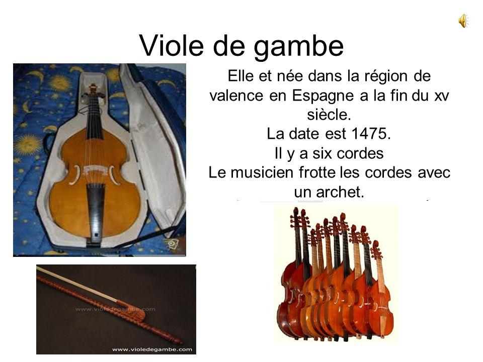 Viole de gambe Elle et née dans la région de valence en Espagne a la fin du xv siècle. La date est 1475. Il y a six cordes Le musicien frotte les cord