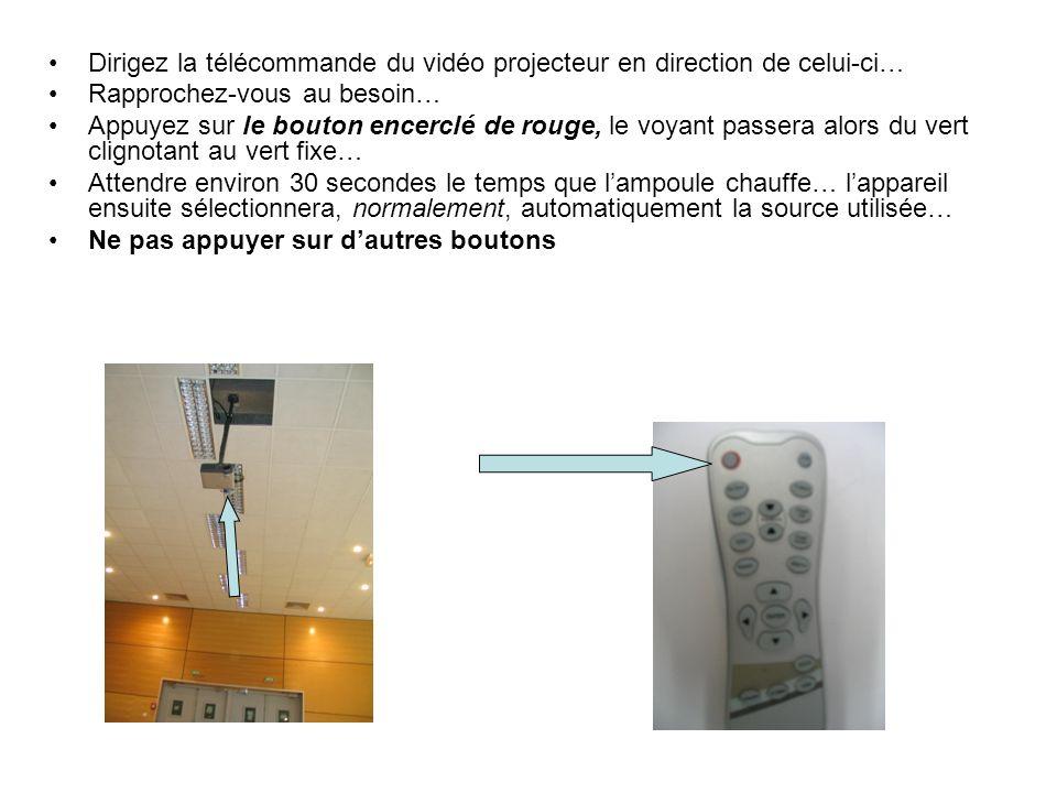 Dirigez la télécommande du vidéo projecteur en direction de celui-ci… Rapprochez-vous au besoin… Appuyez sur le bouton encerclé de rouge, le voyant passera alors du vert clignotant au vert fixe… Attendre environ 30 secondes le temps que lampoule chauffe… lappareil ensuite sélectionnera, normalement, automatiquement la source utilisée… Ne pas appuyer sur dautres boutons