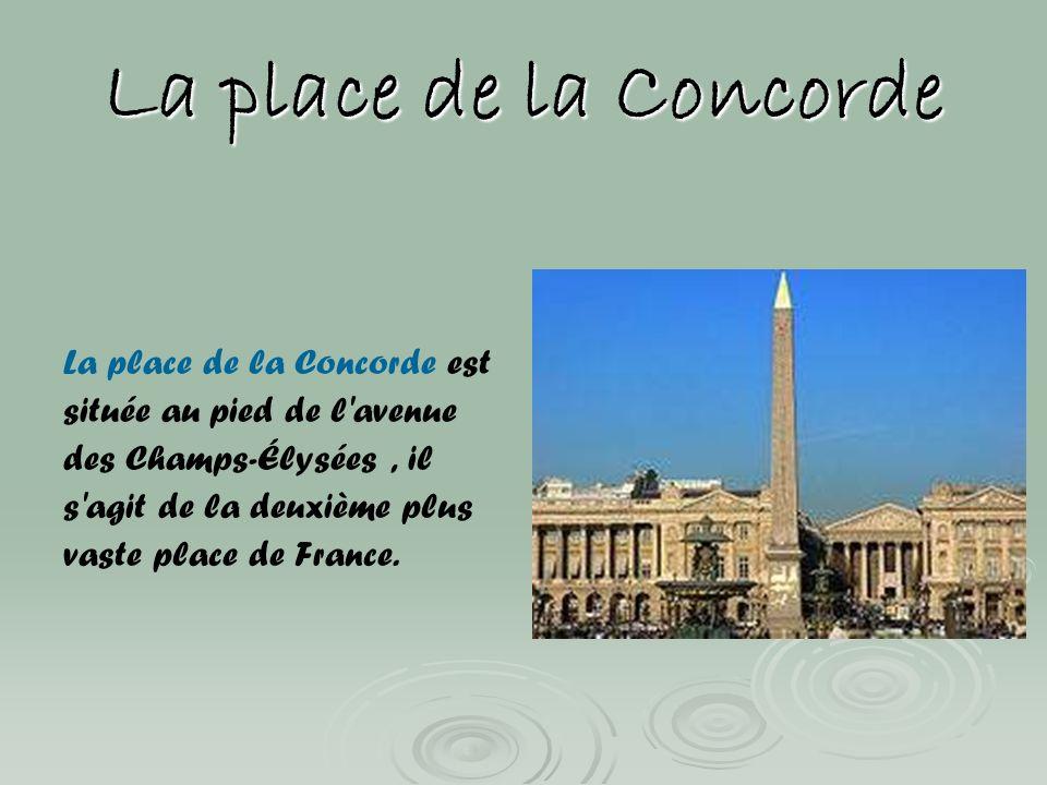 La place de la Concorde La place de la Concorde est située au pied de l'avenue des Champs-Élysées, il s'agit de la deuxième plus vaste place de France