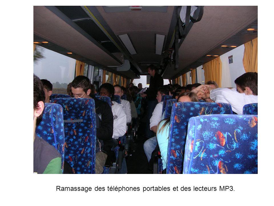 Ramassage des téléphones portables et des lecteurs MP3.