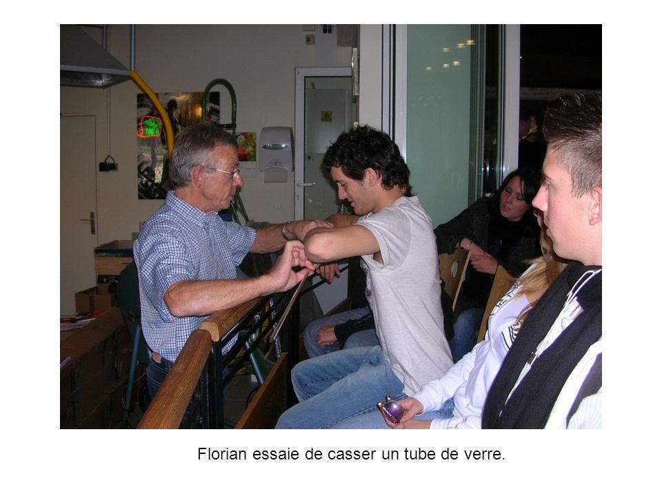 Florian essaie de casser un tube de verre.