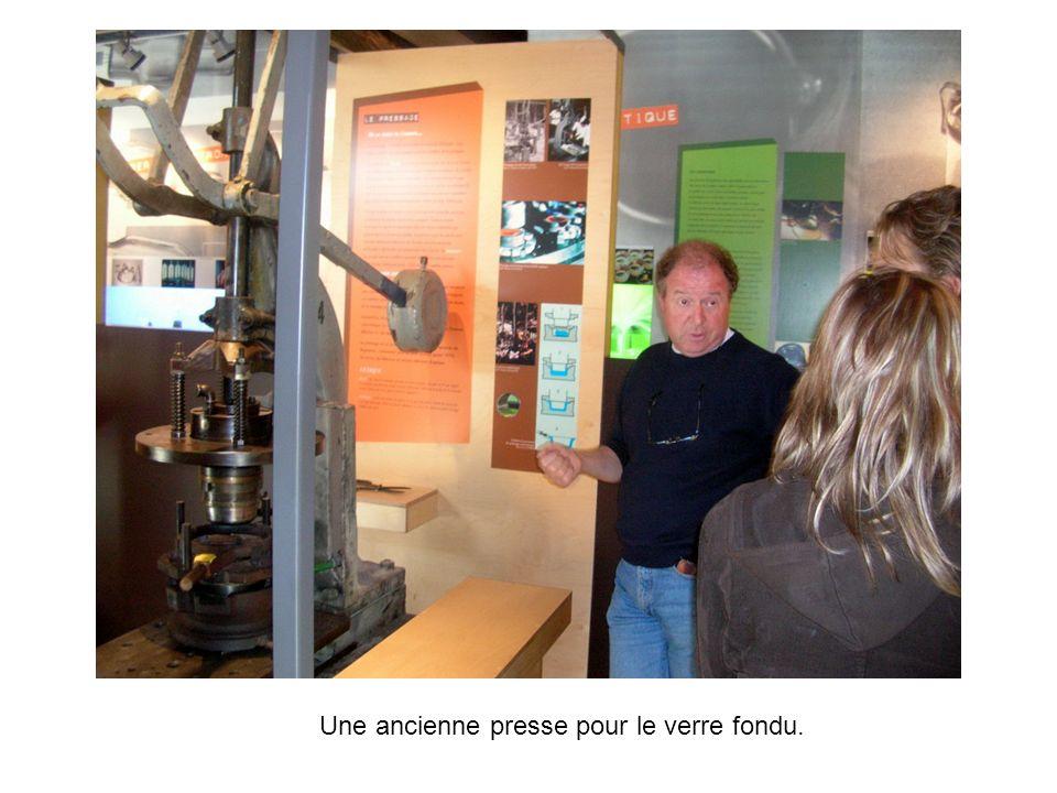 Une ancienne presse pour le verre fondu.