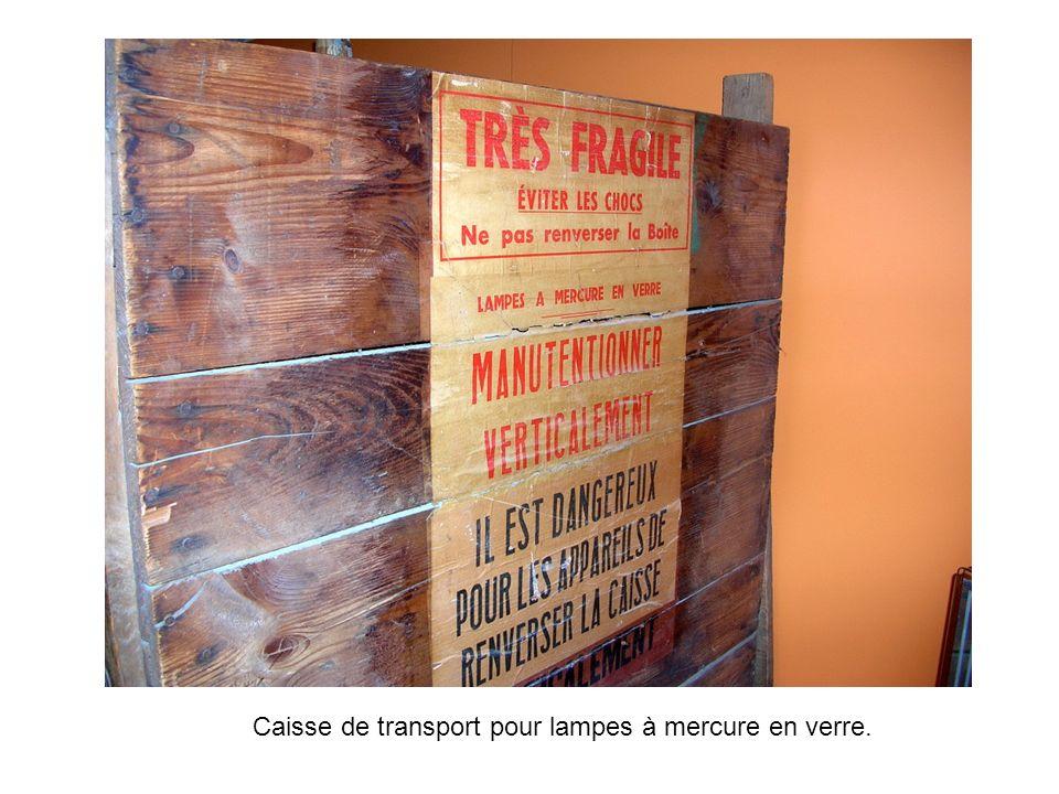 Caisse de transport pour lampes à mercure en verre.
