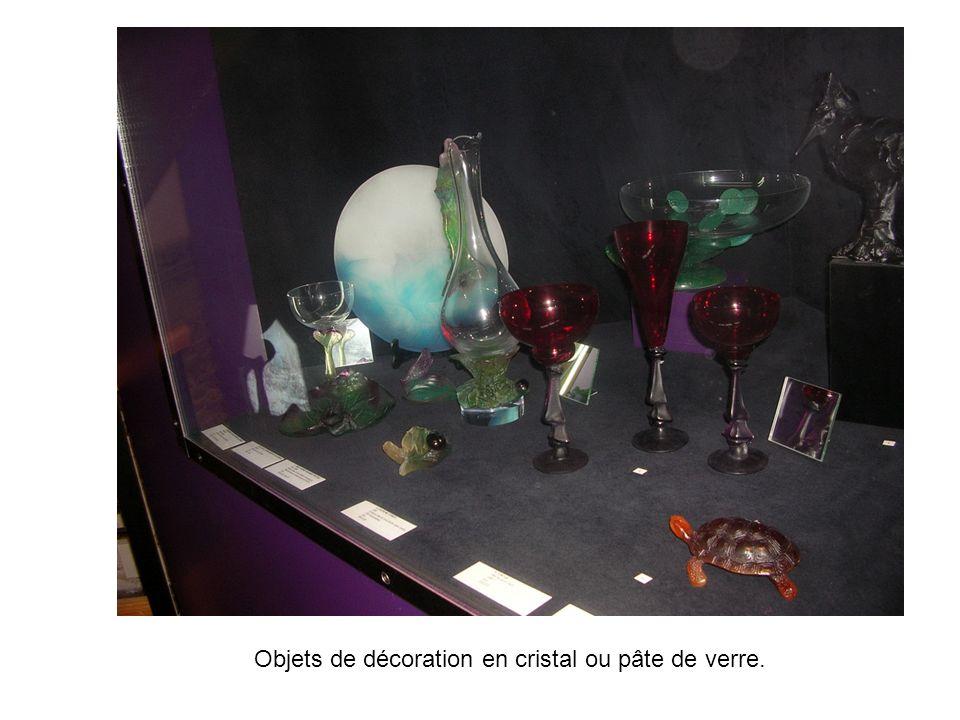 Objets de décoration en cristal ou pâte de verre.