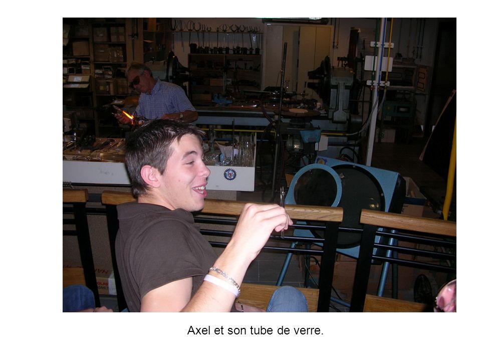 Axel et son tube de verre.
