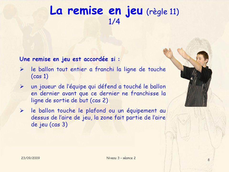 Niveau 3 – séance 2 8 La remise en jeu (règle 11) 1/4 Une remise en jeu est accordée si : le ballon tout entier a franchi la ligne de touche (cas 1) u