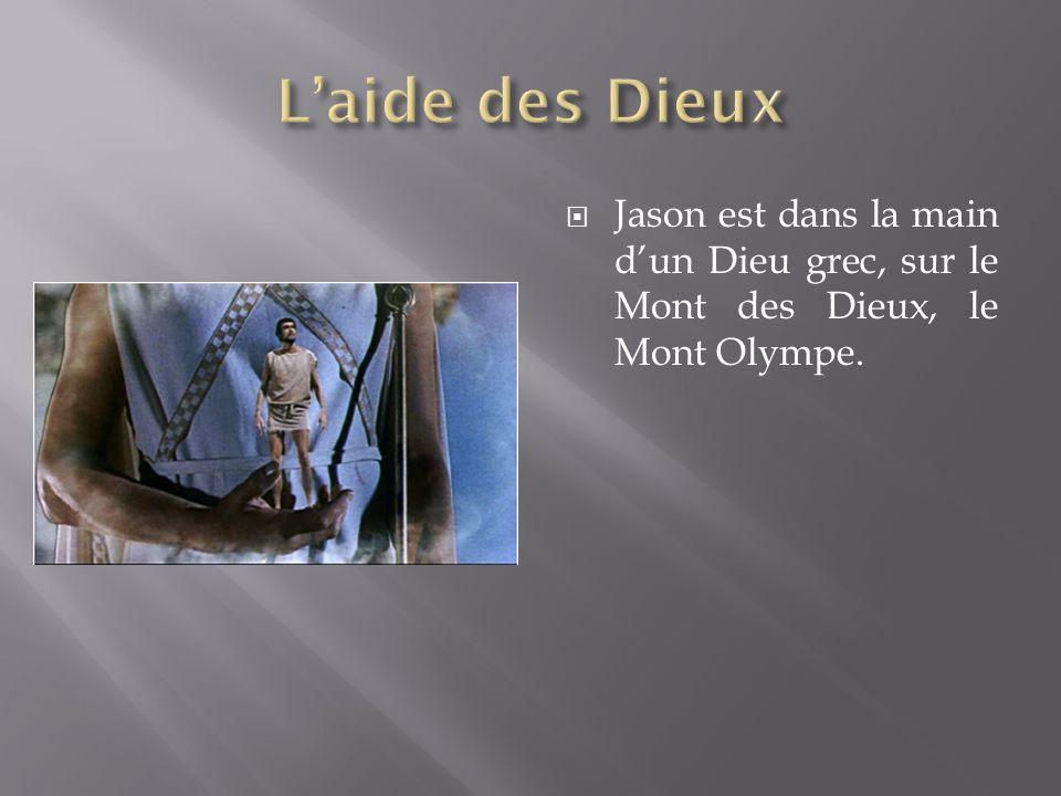 Jason est dans la main dun Dieu grec, sur le Mont des Dieux, le Mont Olympe.
