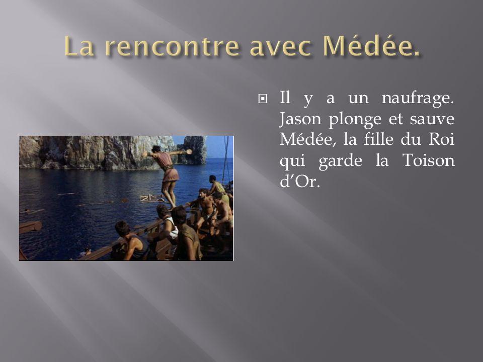 Il y a un naufrage. Jason plonge et sauve Médée, la fille du Roi qui garde la Toison dOr.