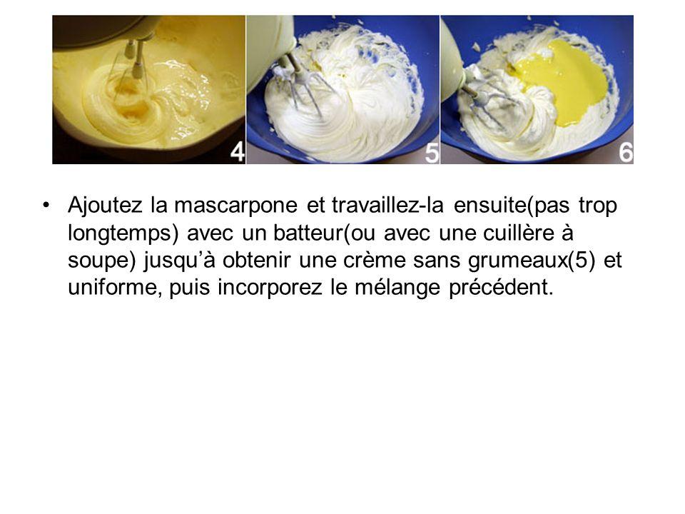 Ajoutez la mascarpone et travaillez-la ensuite(pas trop longtemps) avec un batteur(ou avec une cuillère à soupe) jusquà obtenir une crème sans grumeau