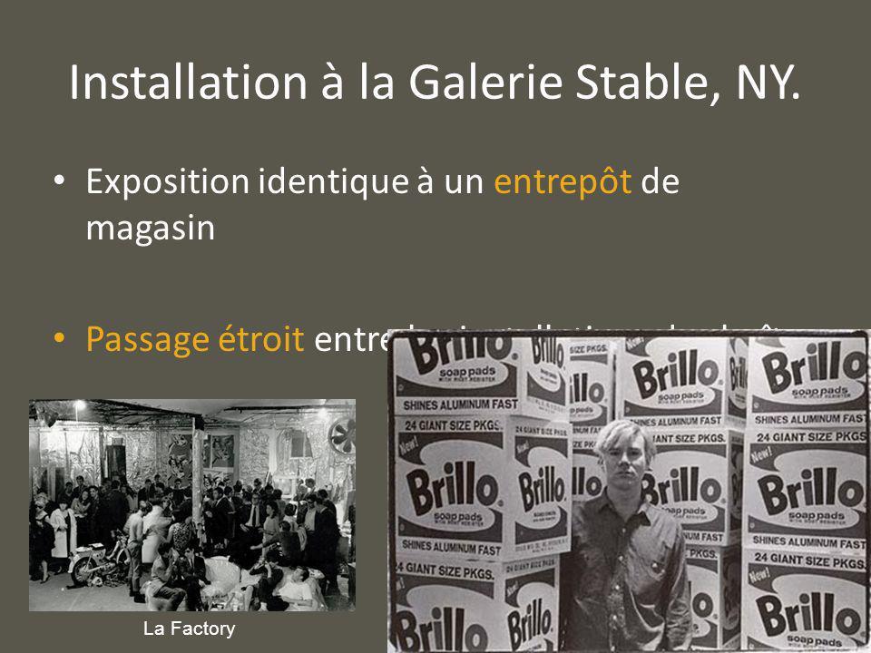 Installation à la Galerie Stable, NY. Exposition identique à un entrepôt de magasin Passage étroit entre les installations des boîtes La Factory
