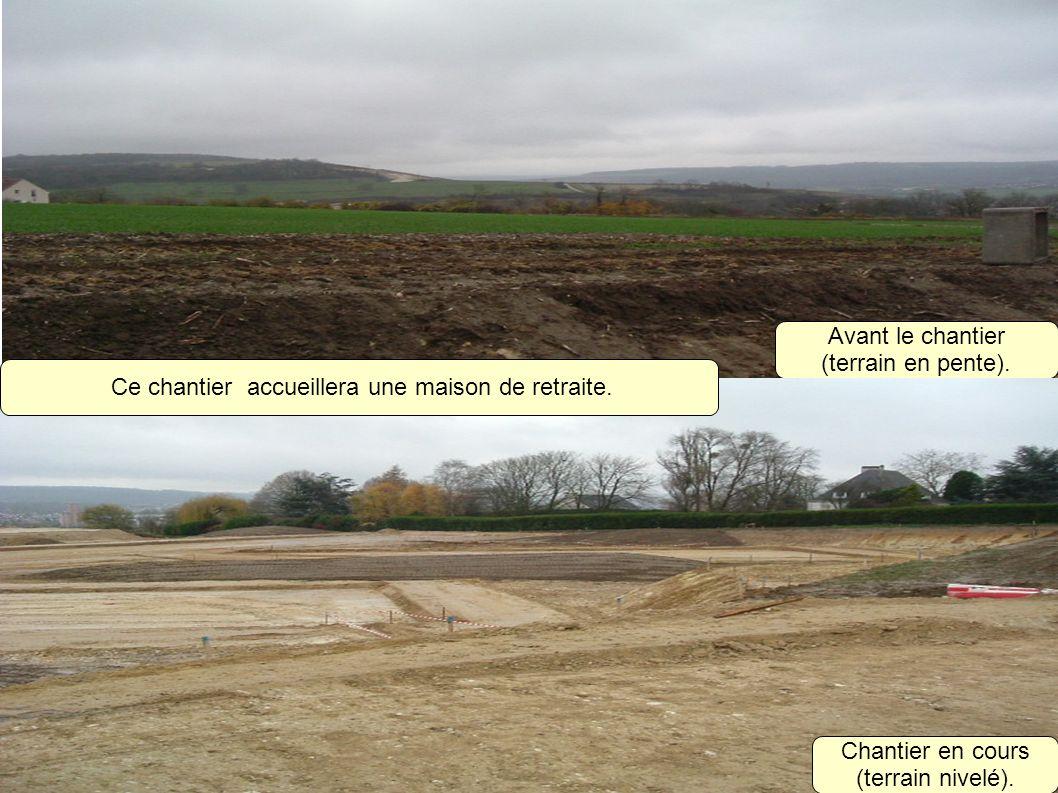 Avant le chantier (terrain en pente). Chantier en cours (terrain nivelé). Ce chantier accueillera une maison de retraite.