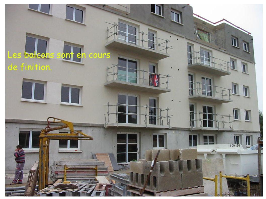 Les balcons sont en cours de finition.
