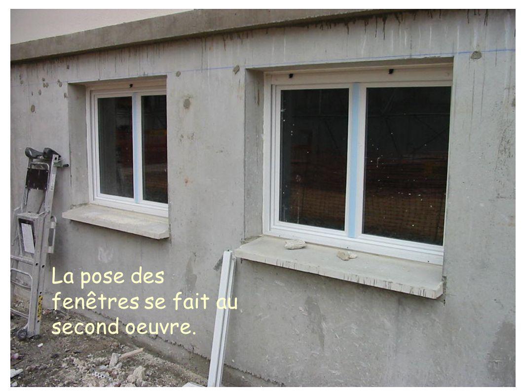 La pose des fenêtres se fait au second oeuvre.