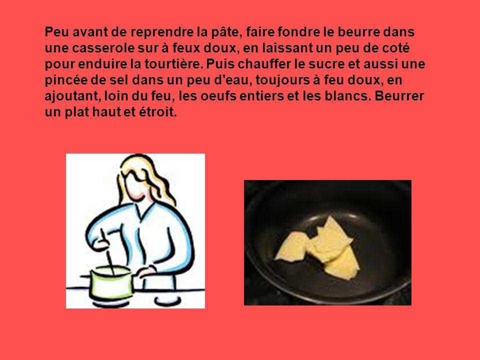 Peu avant de reprendre la pâte, faire fondre le beurre dans une casserole sur à feux doux, en laissant un peu de coté pour enduire la tourtière. Puis