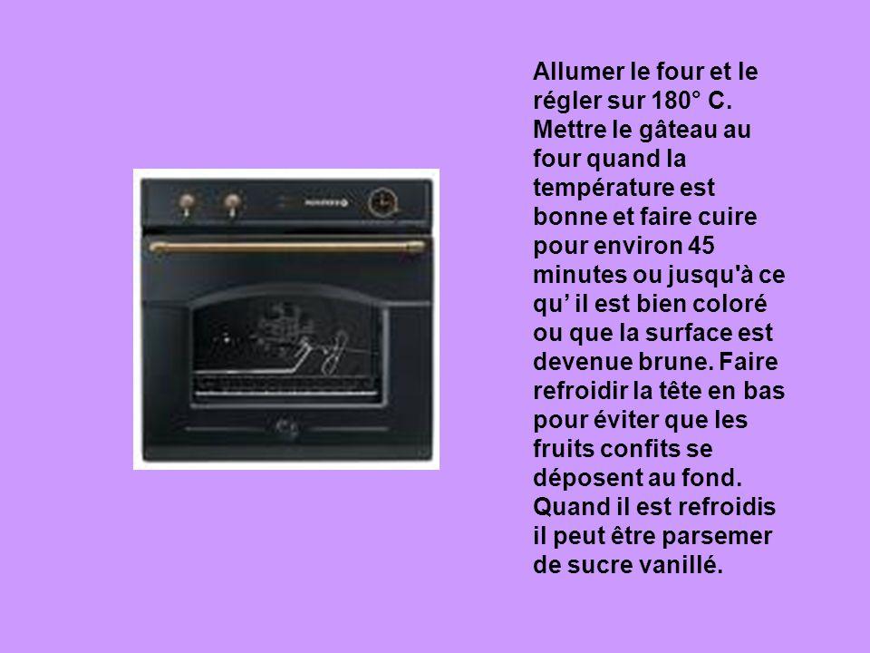 Allumer le four et le régler sur 180° C. Mettre le gâteau au four quand la température est bonne et faire cuire pour environ 45 minutes ou jusqu'à ce