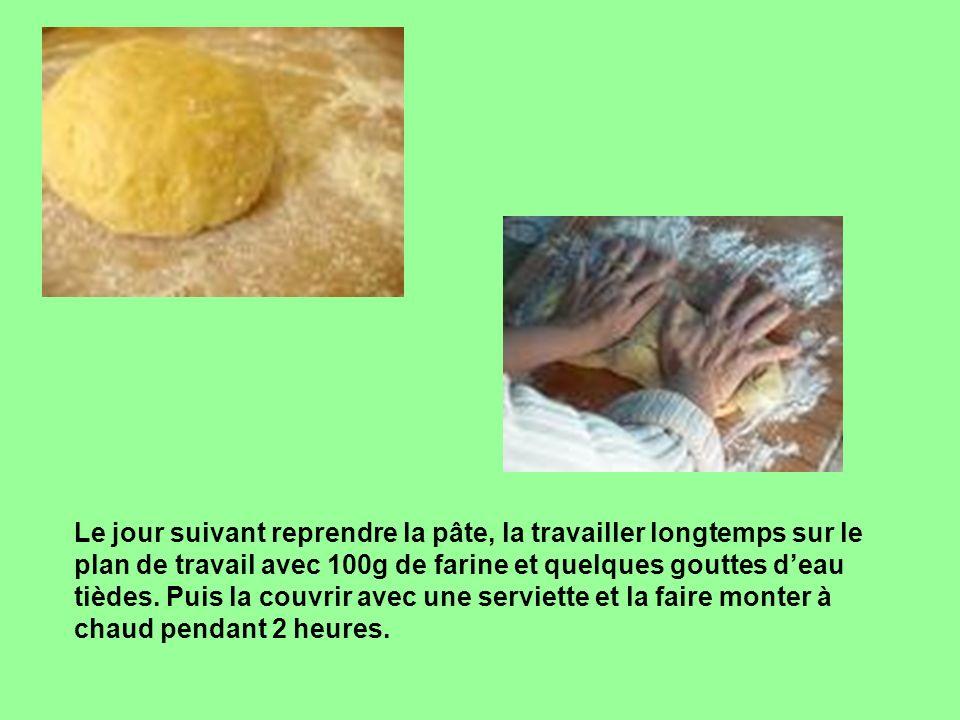 Le jour suivant reprendre la pâte, la travailler longtemps sur le plan de travail avec 100g de farine et quelques gouttes deau tièdes. Puis la couvrir