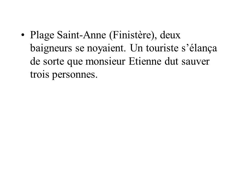 Plage Saint-Anne (Finistère), deux baigneurs se noyaient. Un touriste sélança de sorte que monsieur Etienne dut sauver trois personnes.