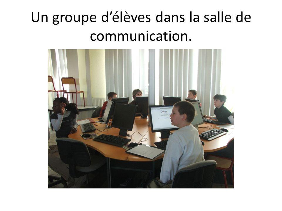 Un groupe délèves dans la salle de communication.